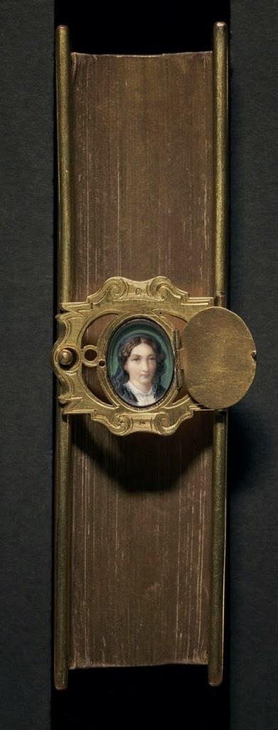 Защелка на старинной книге с портретом