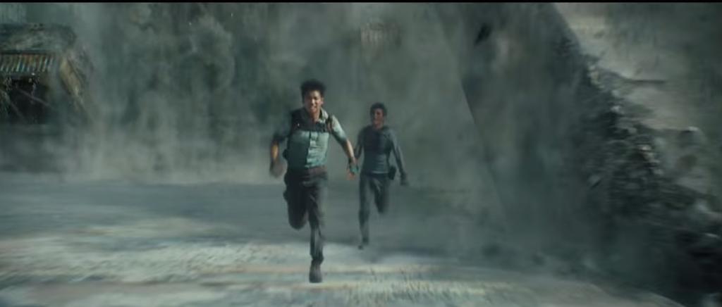 Минхо и Томас бегут по лабиринту