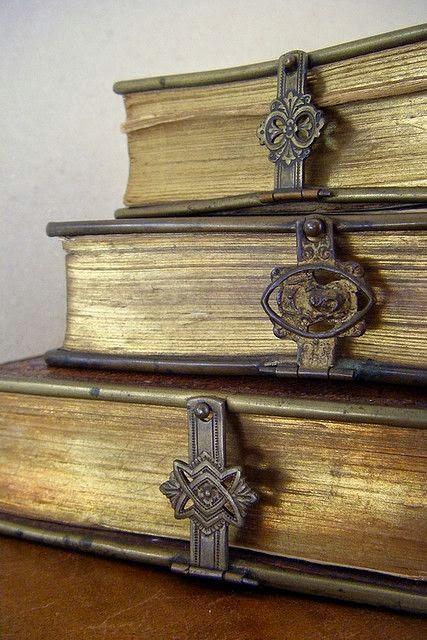 три старинные книги с замочками