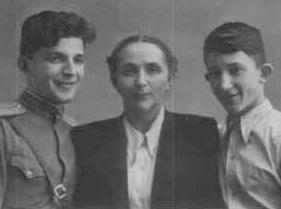 Аркадий и Борис Стругацкие с матерью