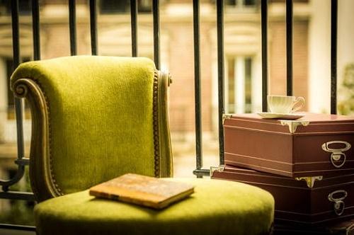 желтая книга на стуле